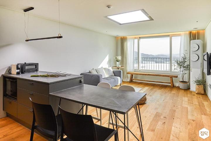 거실,주방,모던,내츄럴,식탁,아일랜드싱크대,LED조명,벤치,화이트
