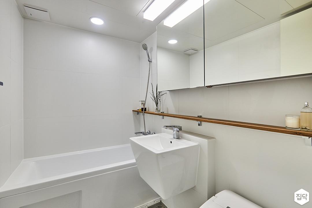 욕실,심플,화이트,세면대,욕조,슬라이딩거울장,우드선반,젠다이,다운라이트조명,포세린타일