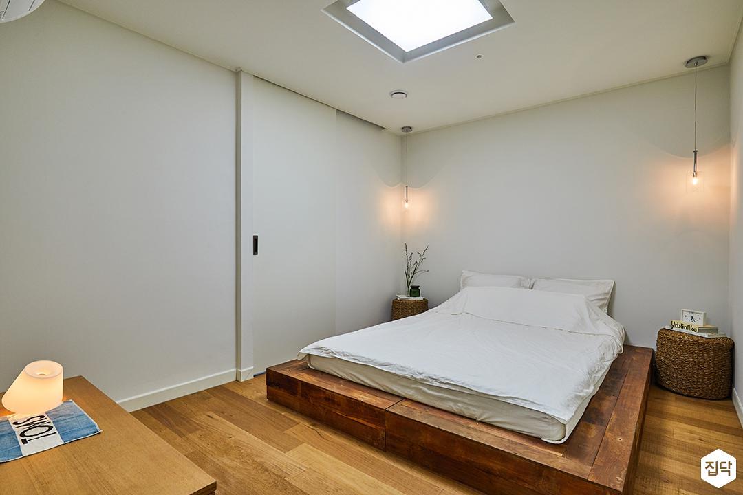 방,화이트,내츄럴,우드,침대,펜던트조명,LED조명,행거도어,강마루,스탠드조명