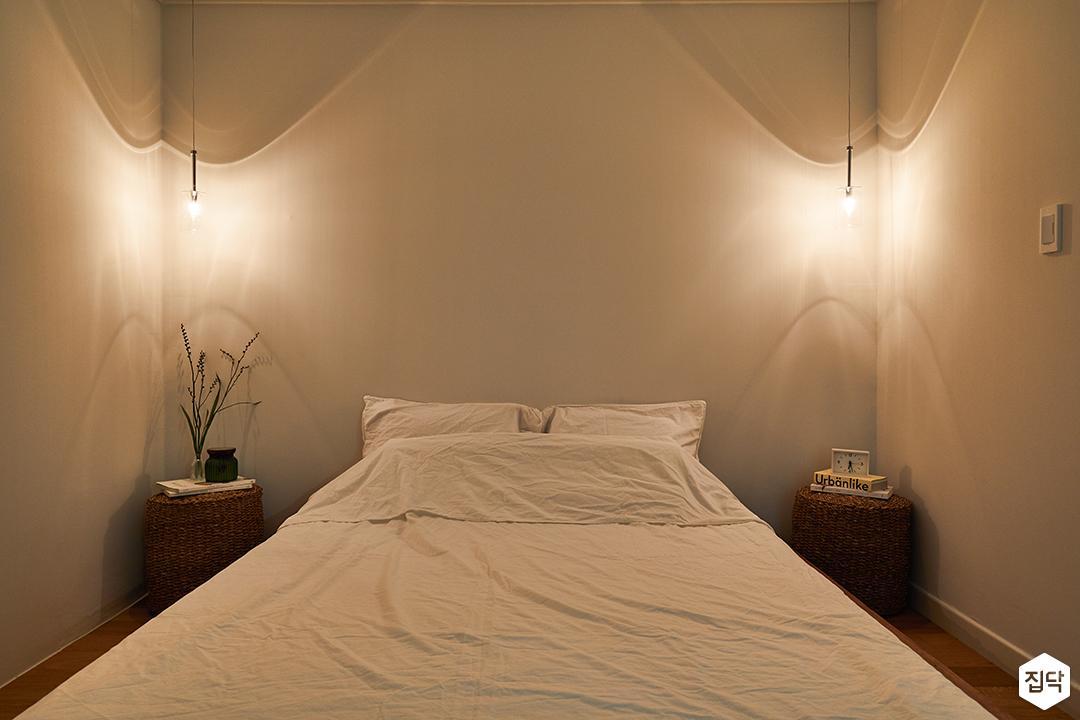 방,화이트,내츄럴,우드,침대,펜던트조명,협탁