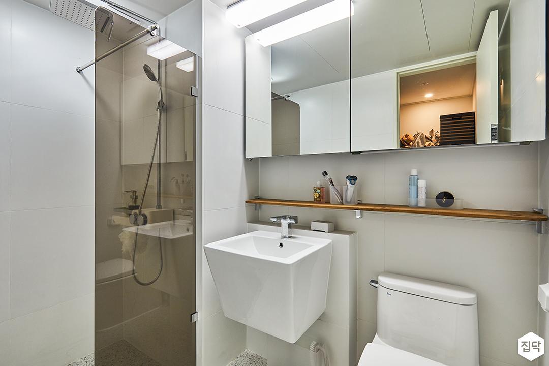 욕실,화이트,모던,슬라이딩거울장,포세린타일,우드선반,세면대,유리파티션,해바라기샤워기