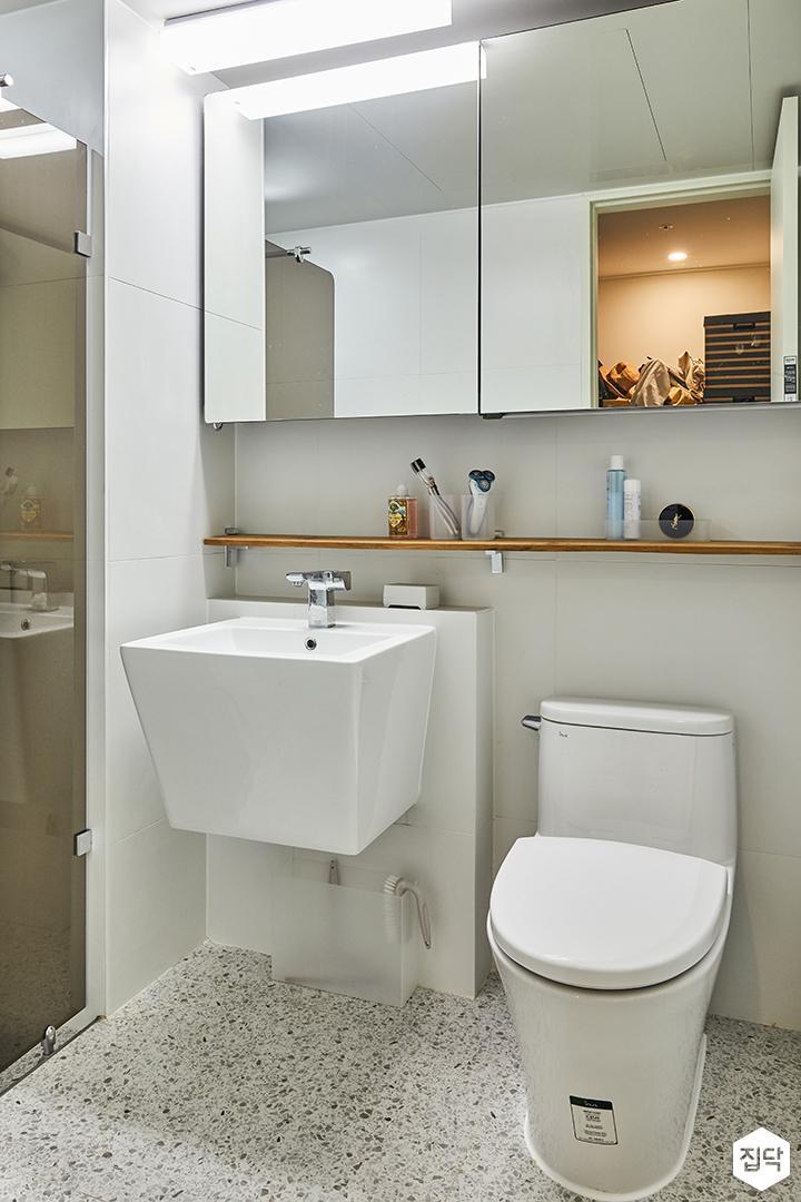 욕실,화이트,모던,슬라이딩거울장,포세린타일,우드선반,세면대