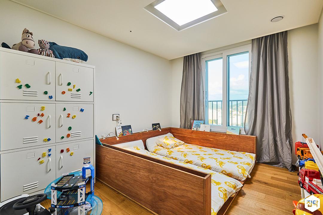아이방,화이트벽지,내츄럴,우드,침대,수납장,LED조명,강마루,커튼