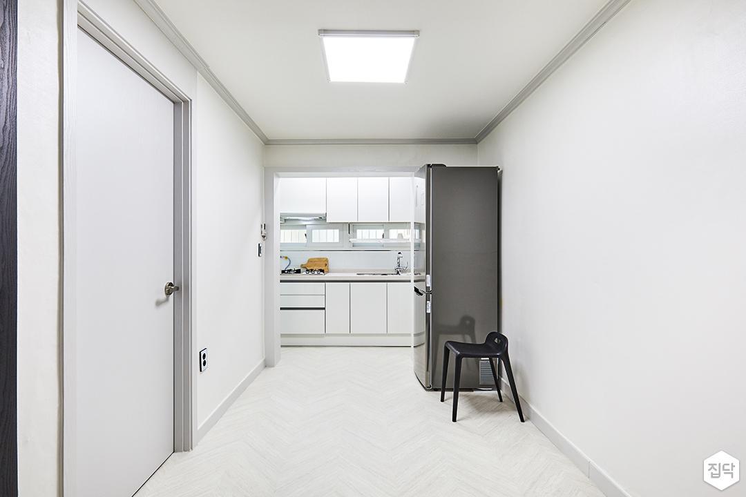 거실,화이트,심플,쉐브론패턴,LED조명,방문