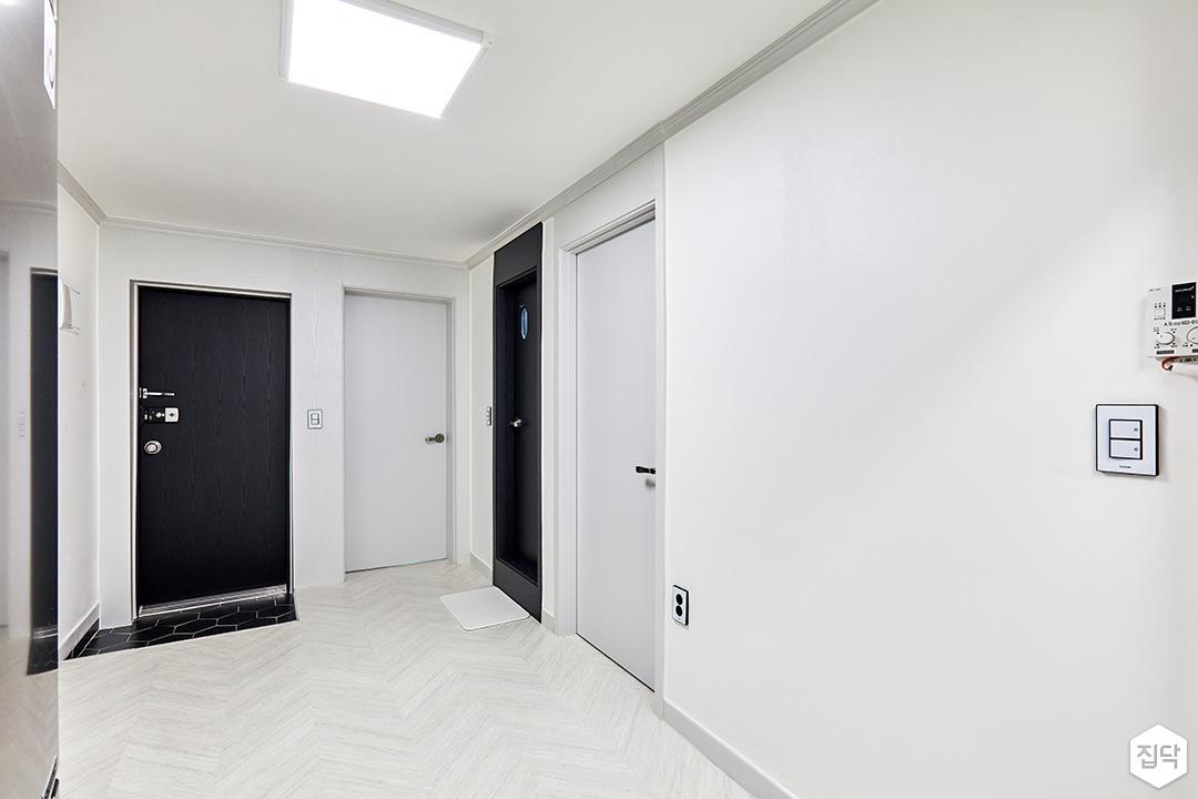 거실,화이트,심플,쉐브론패턴,장판,LED조명,현관,블랙