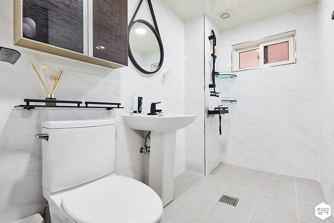 욕실,화이트,심플,세면대,양변기,유리선반,비앙코카라라패턴,욕실타일,샤시,코너선반,샤워기