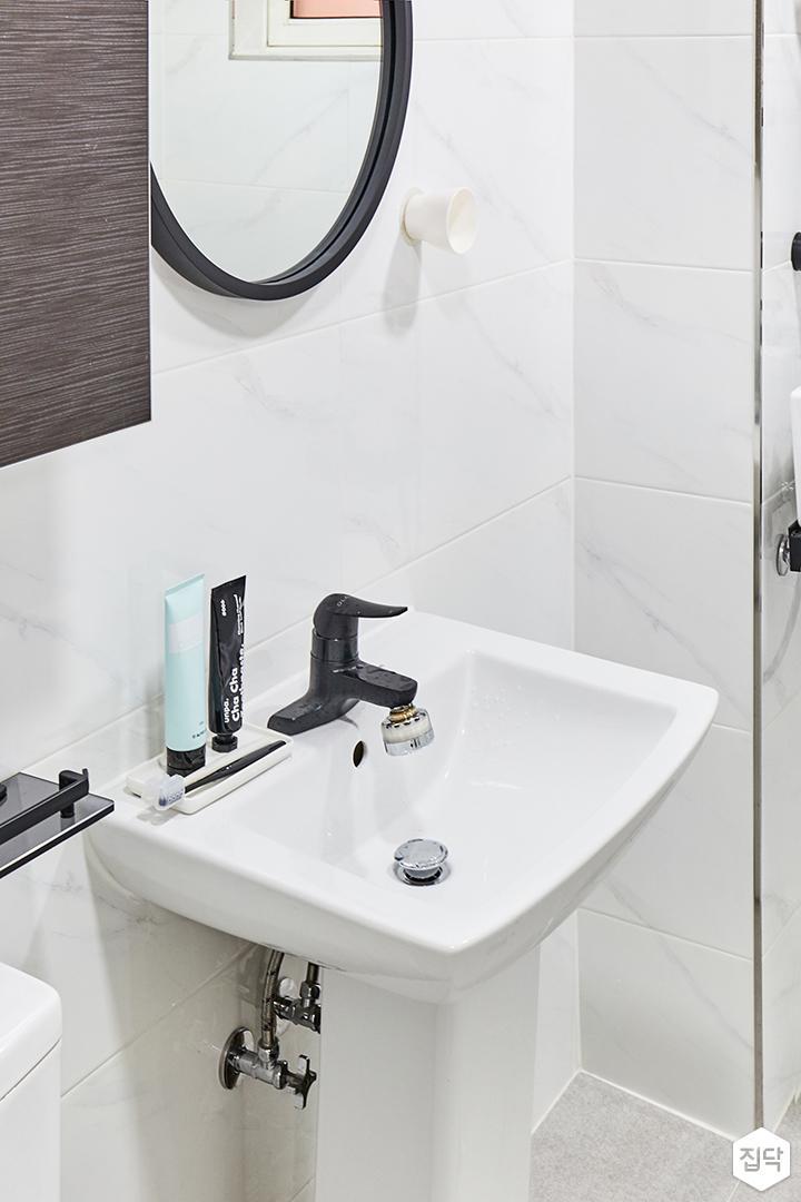 욕실,화이트,심플,세면대,비앙코카라라패턴,블랙수전