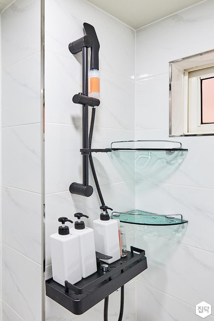 욕실,화이트,심플,비앙코카라라패턴,샤시,코너선반,샤워기,블랙