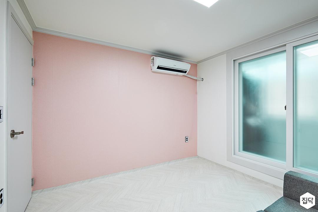 방,화이트,심플,샤시,쉐브론패턴,장판,핑크벽지