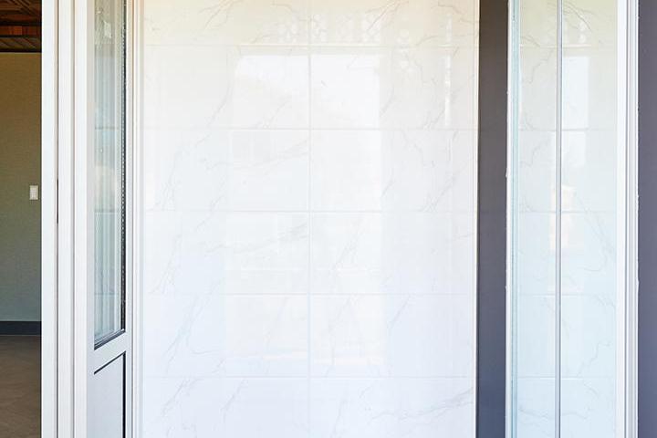 현관,클래식,3연동도어,중문,화이트,대리석타일,비앙코카라라패턴,데크,전통문양
