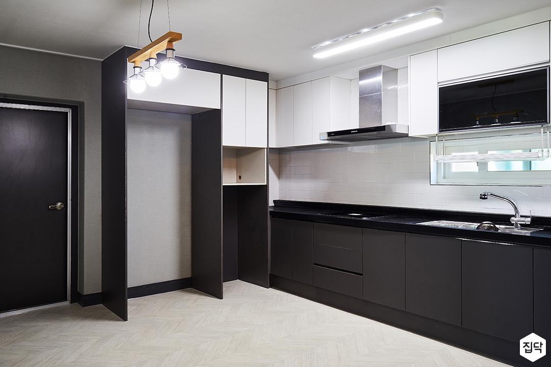 주방,블랙,모던,화이트,LED조명,펜던트조명,냉장고장,수납장,가스후드,서브웨이패턴