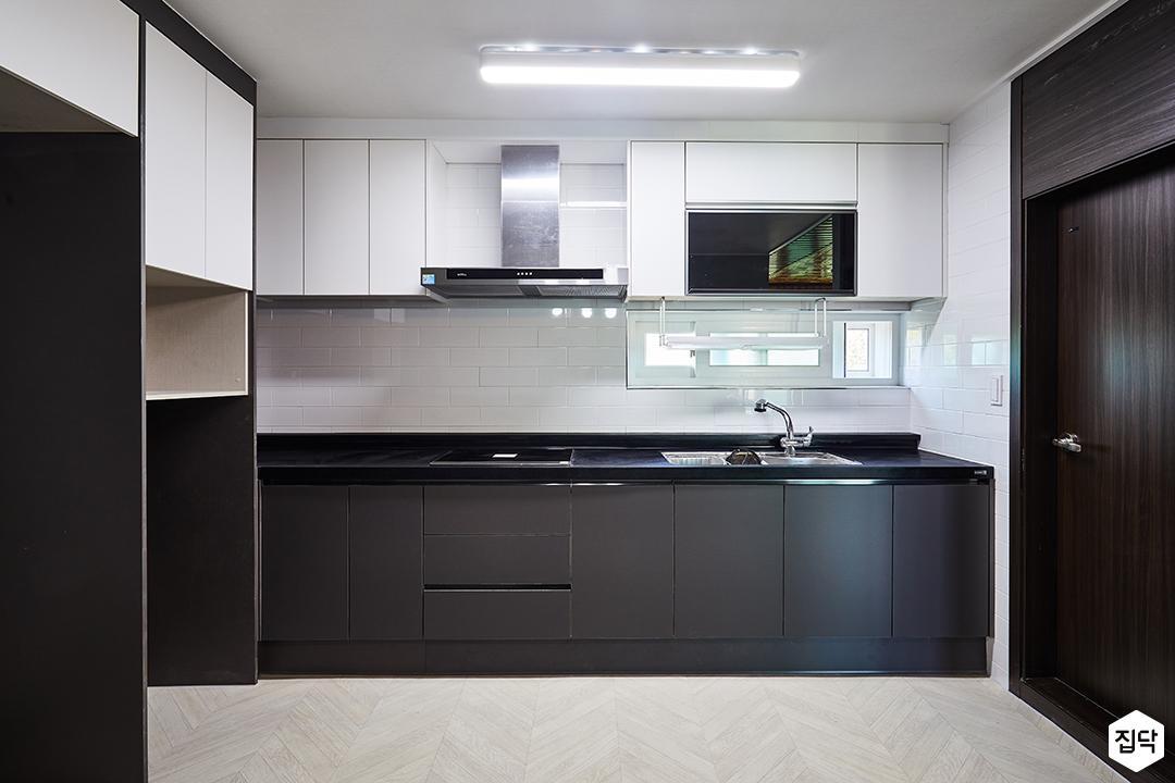 주방,블랙,모던,화이트,LED조명,냉장고장,수납장,가스후드,서브웨이패턴