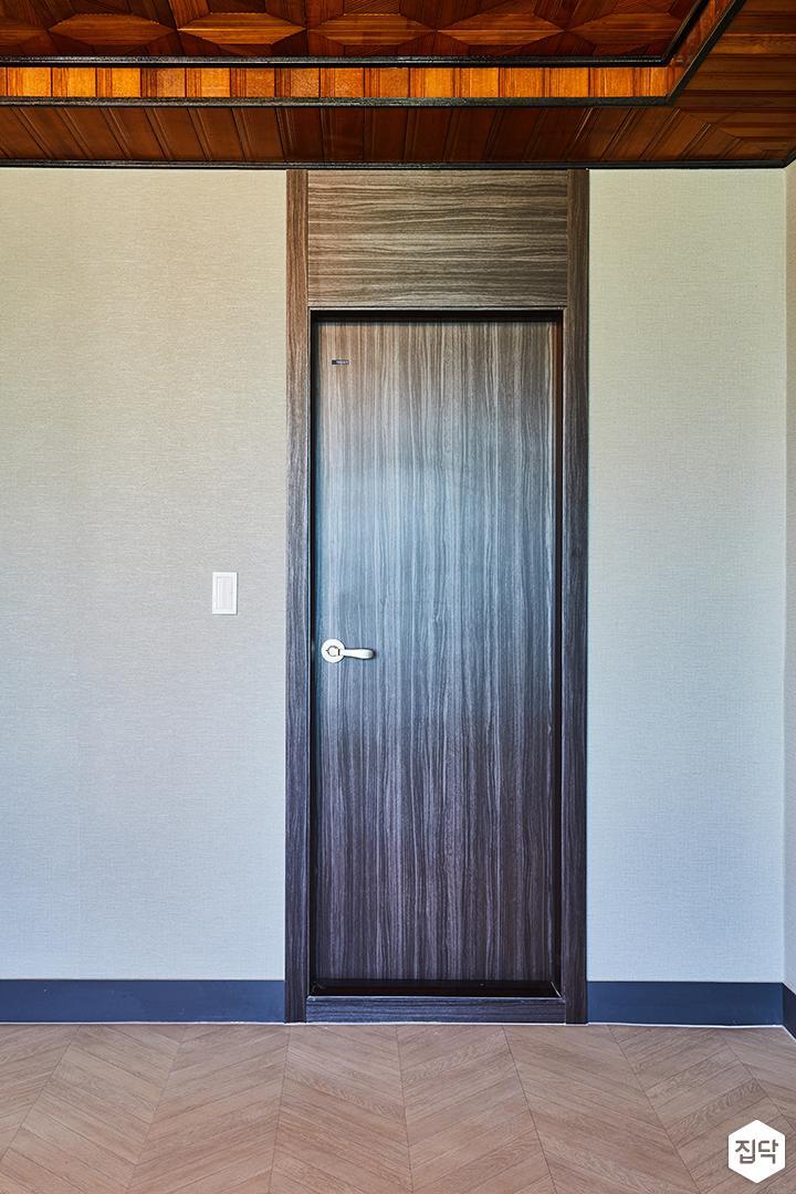 욕실문,인테리어필름,무늬목,브라운,그레이벽지