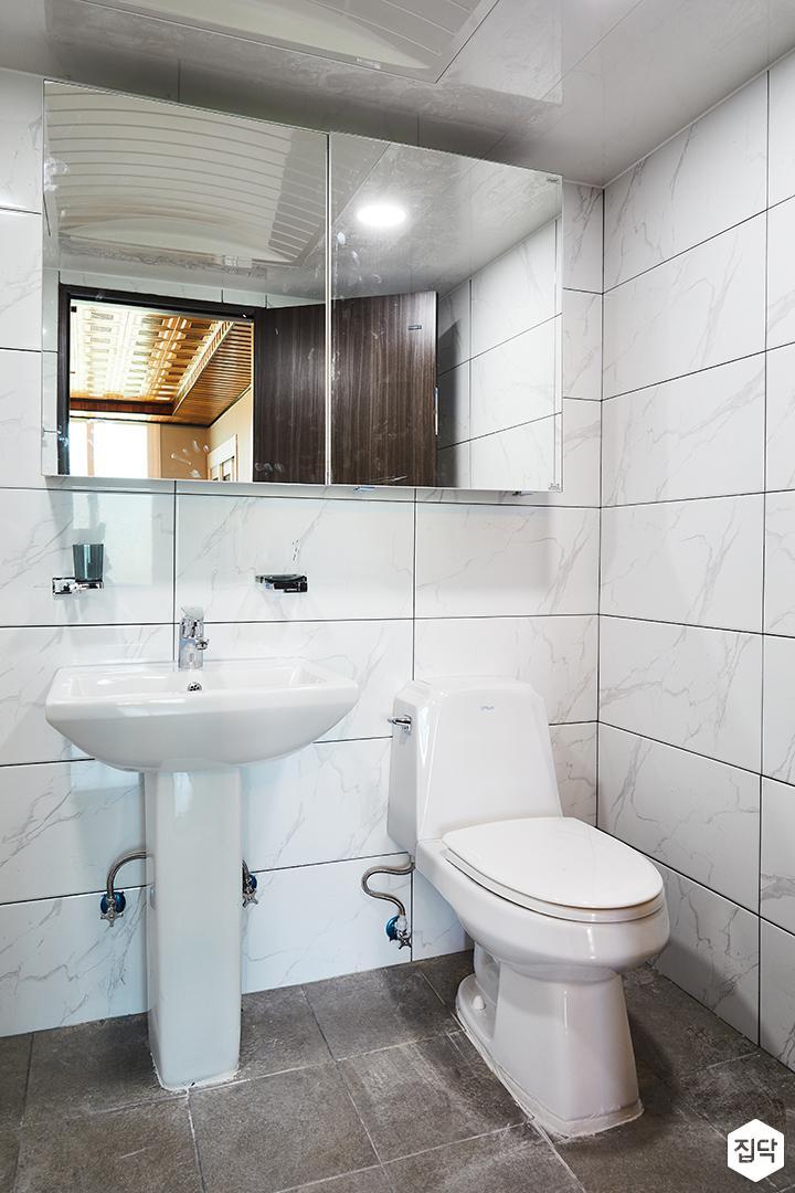욕실,화이트,비앙코카라라패턴,슬라이딩거울장,세면대,해바라기샤워기,양변기,욕실타일