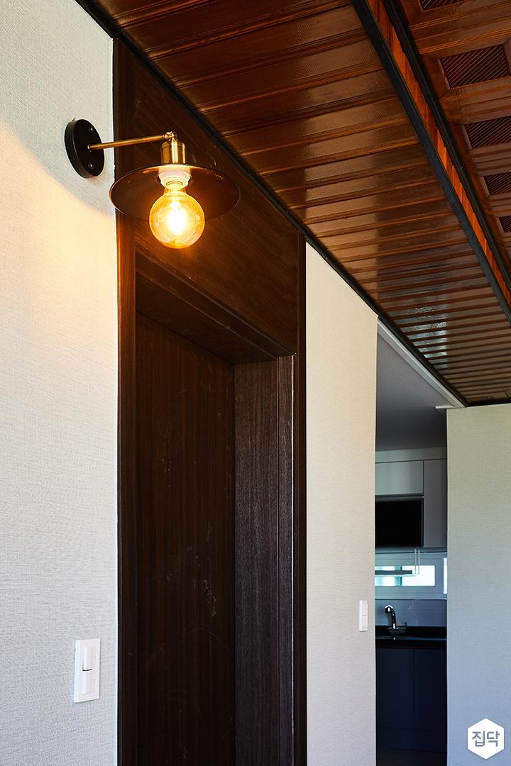 방문,블랙,무늬목,클래식,브라켓조명