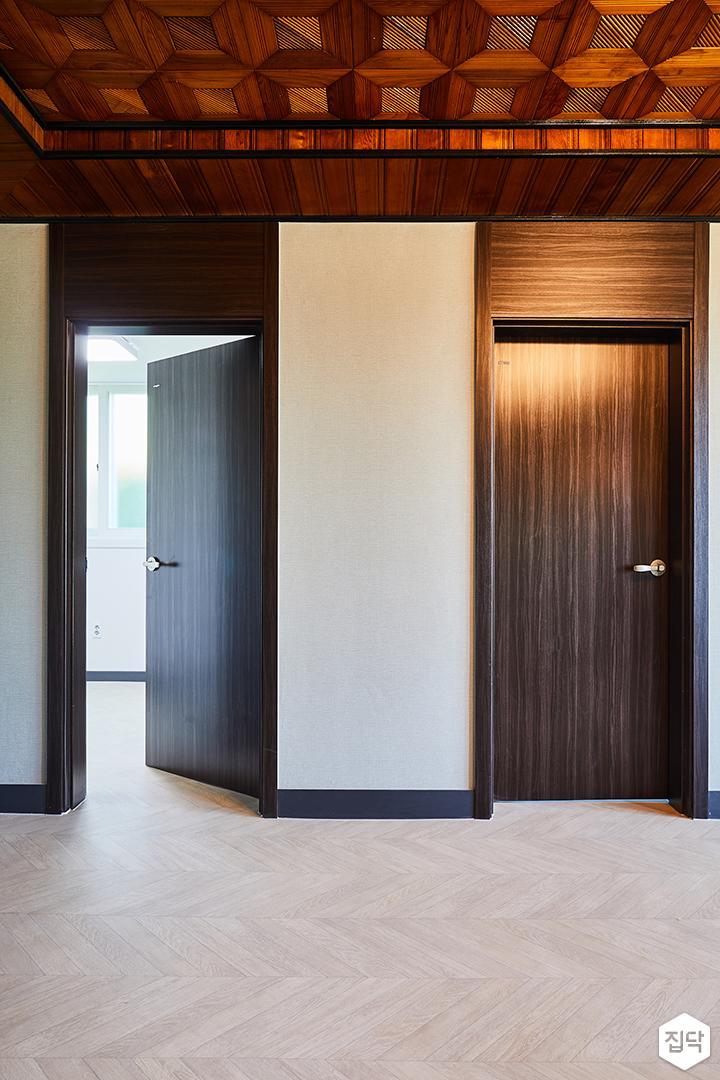 방문,브라운,무늬목,쉐브론패턴,화이트벽지