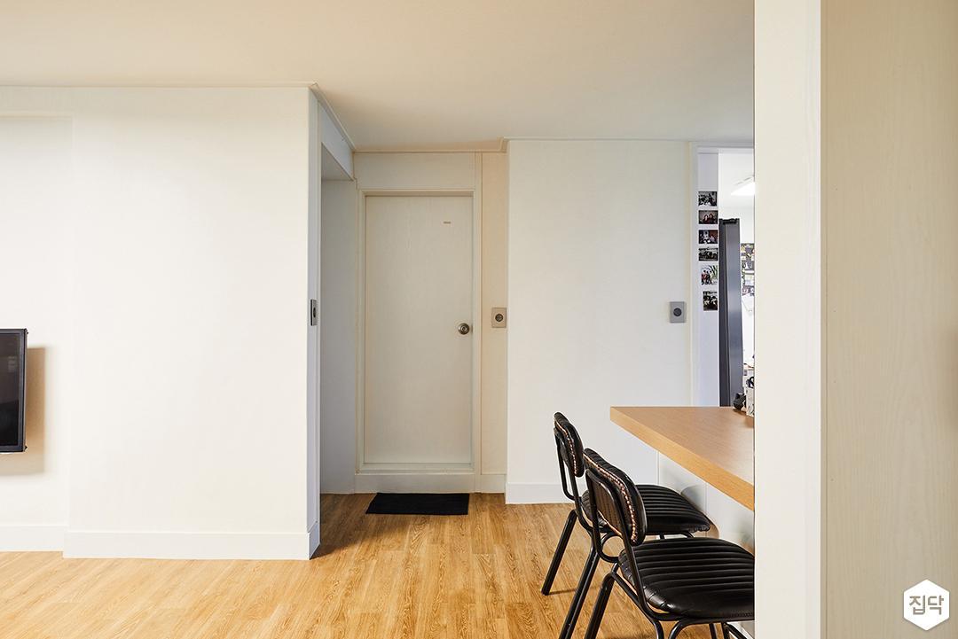 거실,화이트,심플,장판,화이트벽지,식탁,의자,ABS도어