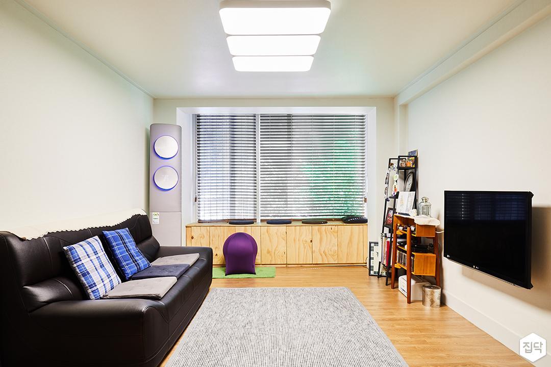 거실,화이트,심플,장판,화이트벽지,소파,벽걸이TV,다운라이트조명,블라인드,목재,수납장