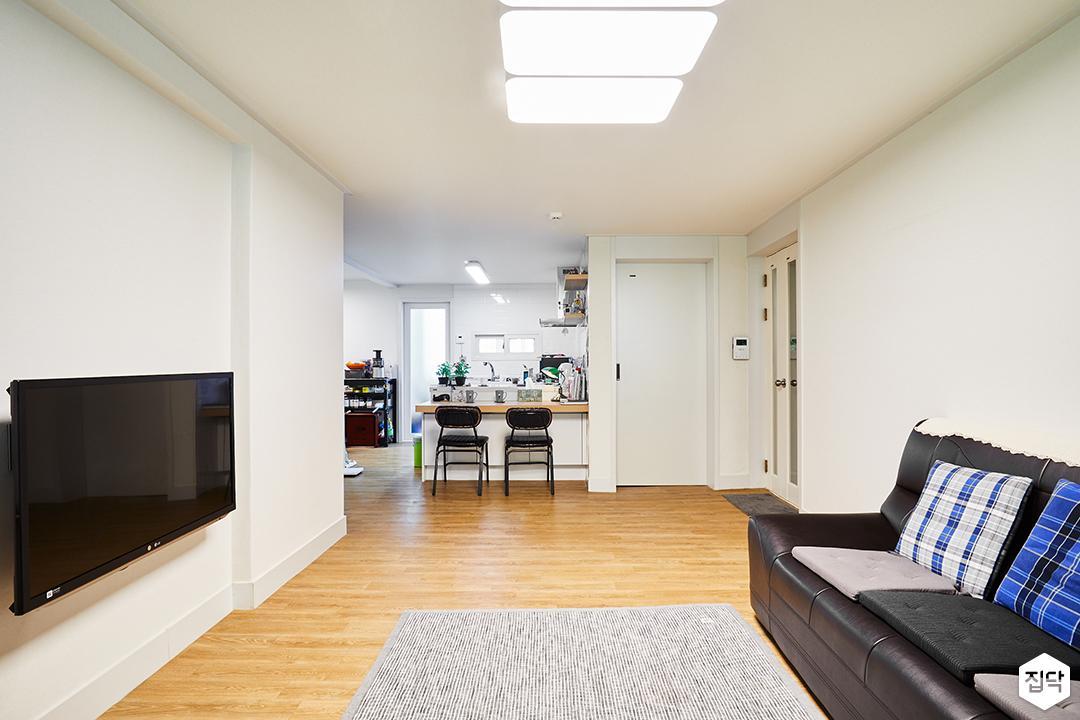 거실,화이트,심플,장판,소파,벽걸이TV,화이트벽지,식탁,의자,다운라이트조명,러그