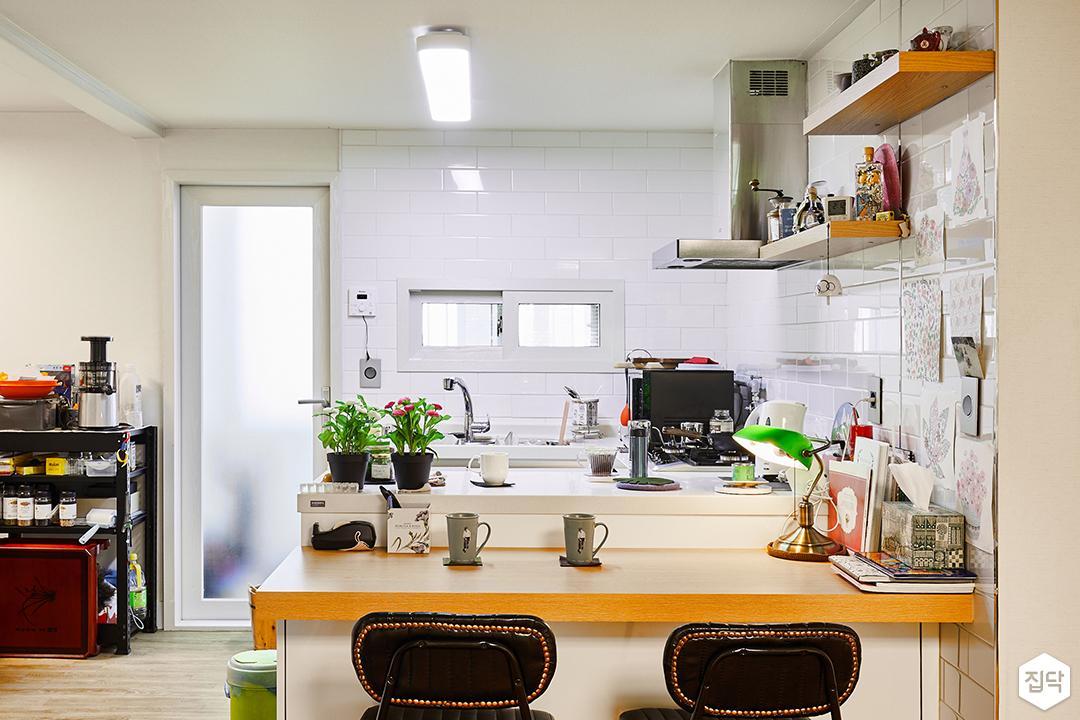 주방,화이트,심플,식탁,의자,목재,다운라이드조명,가스후드,폴리싱타일,ㄷ자싱크대