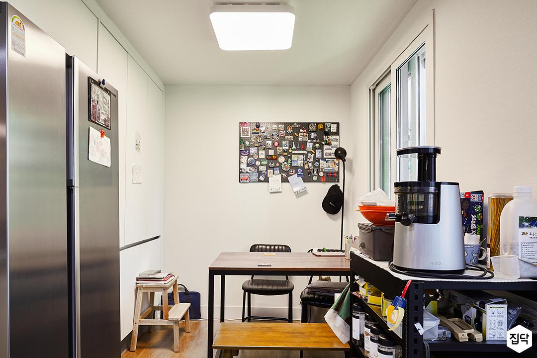 주방,화이트,심플,냉장고장,식탁,의자,다운라이트조명,화이트벽지,팬던트조명