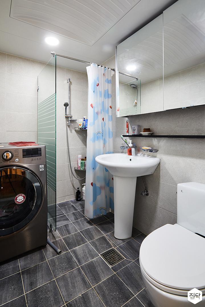 욕실,그레이,심플,욕실타일,슬라이딩거울장,세면대,양변기,샤워부스,유리파티션,폴리싱타일