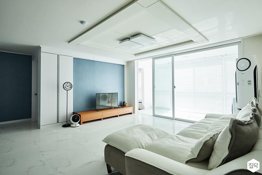 거실,화이트,심플,모던,클래식,포인트벽지,LED조명,TV선반,소파,아트월,비앙코카라라패턴,우물천장