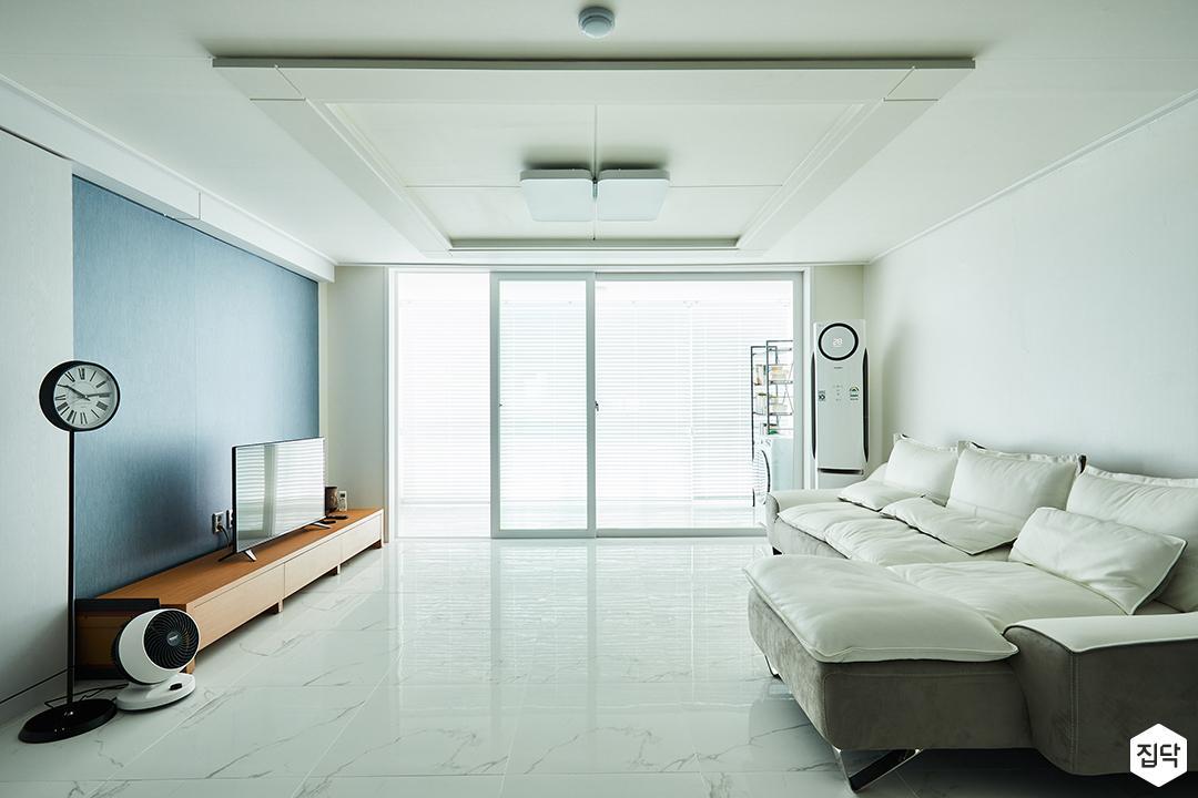 거실,화이트,심플,모던,클래식,포인트벽지,LED조명,TV선반,소파,아트월,블루,우물천장