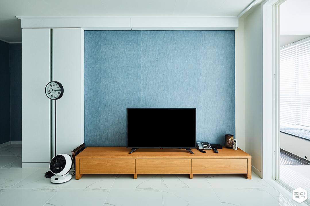 거실,화이트,심플,모던,클래식,포인트벽지,TV선반,TV,아트월,블루