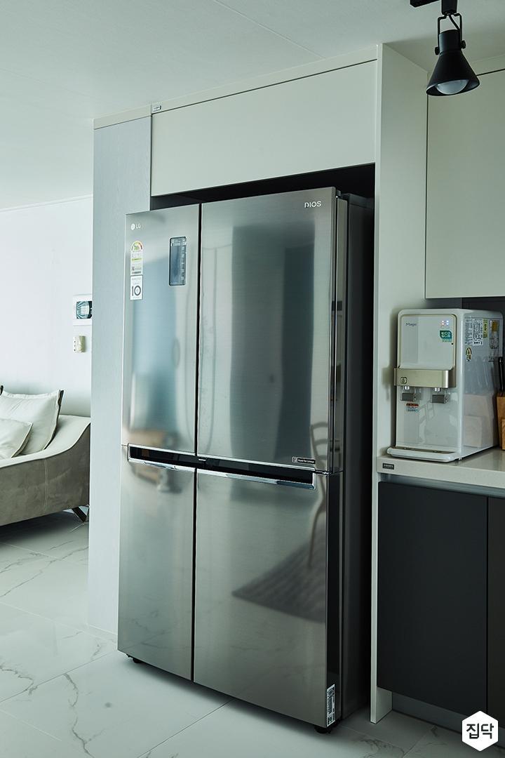 주방,화이트,심플,모던,그레이,레일조명,주방조명,바닥타일,냉장고