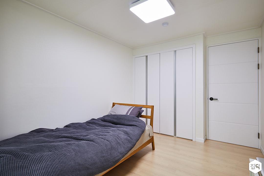 침실,화이트,심플,모던,우드,침대,수납장,LED조명,붙박이장