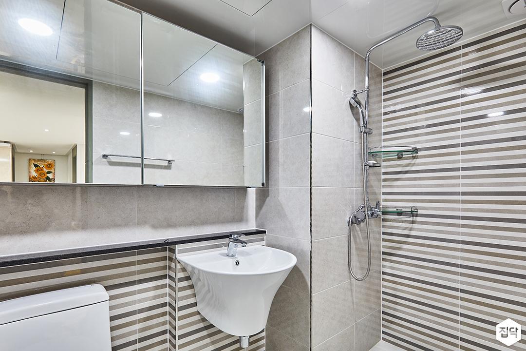모던,화이트,욕실,슬라이딩거울장,세면대,해바라기샤워기,코너선반,폴리싱타일