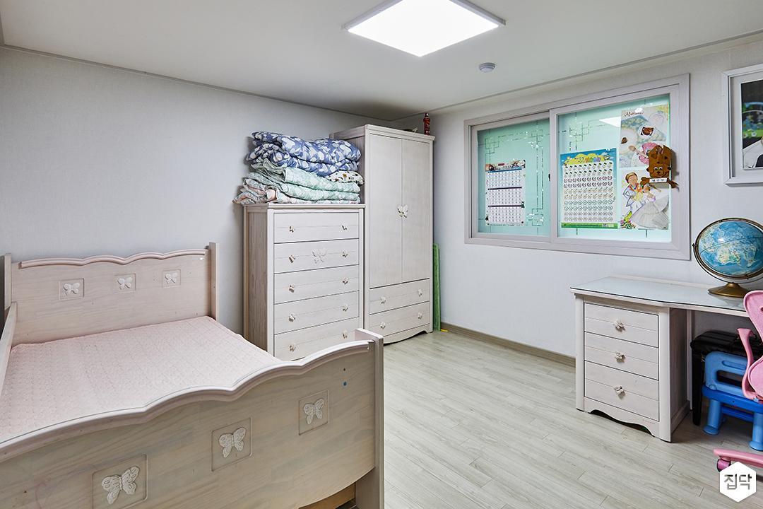 모던,심플,화이트,수납장,LED조명,강마루,침대,다운라이트조명