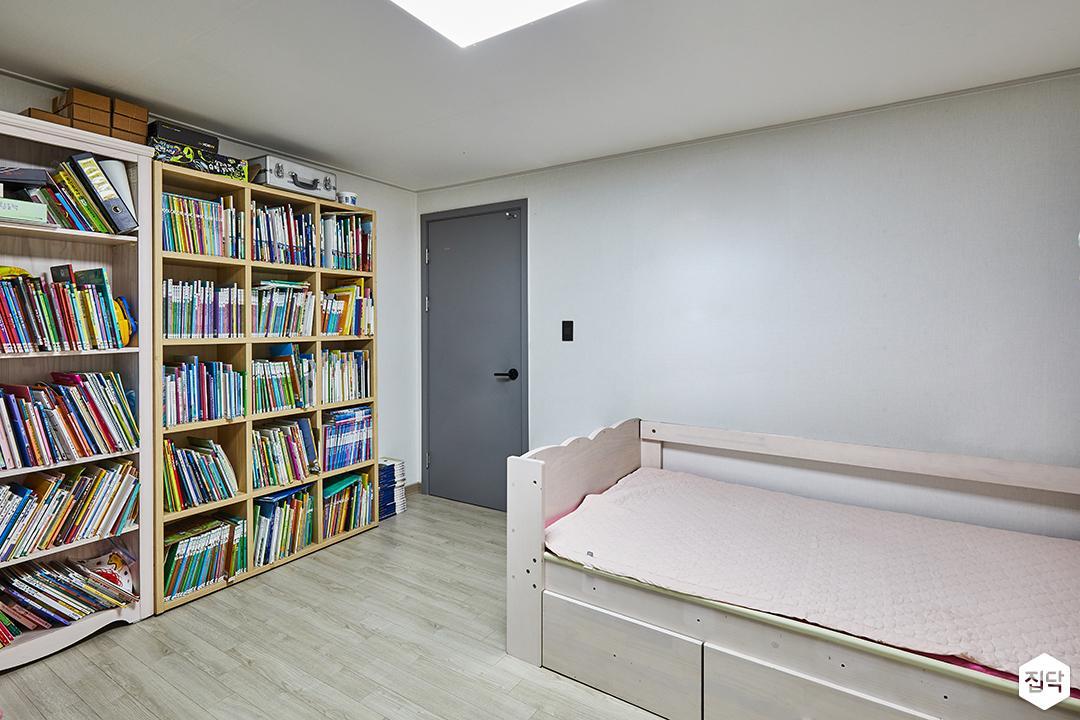 모던,심플,화이트,수납장,LED조명,강마루,침대,다운라이트조명,ABS도어