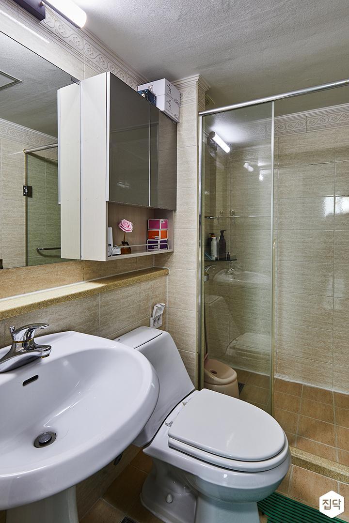 모던,심플,옐로우,욕실,양변기,세면대,간접조명,샤워부스,유리파티션,코너선반,포세린타일,우드패턴
