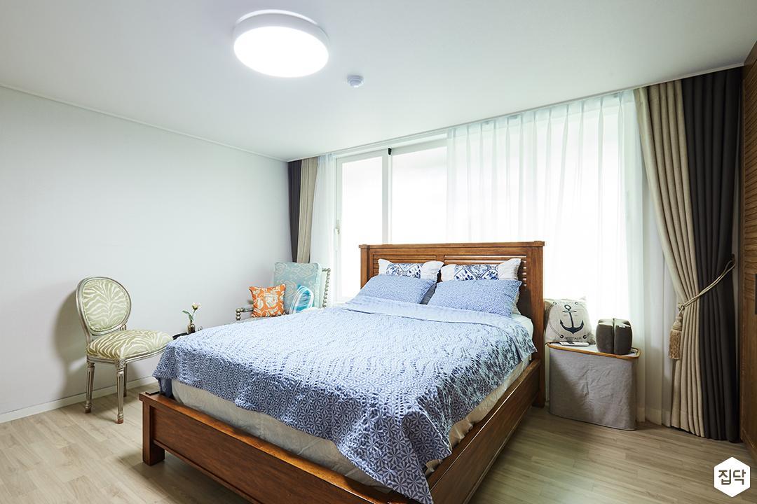 안방,화이트,심플,침대,의자,LED조명,우드