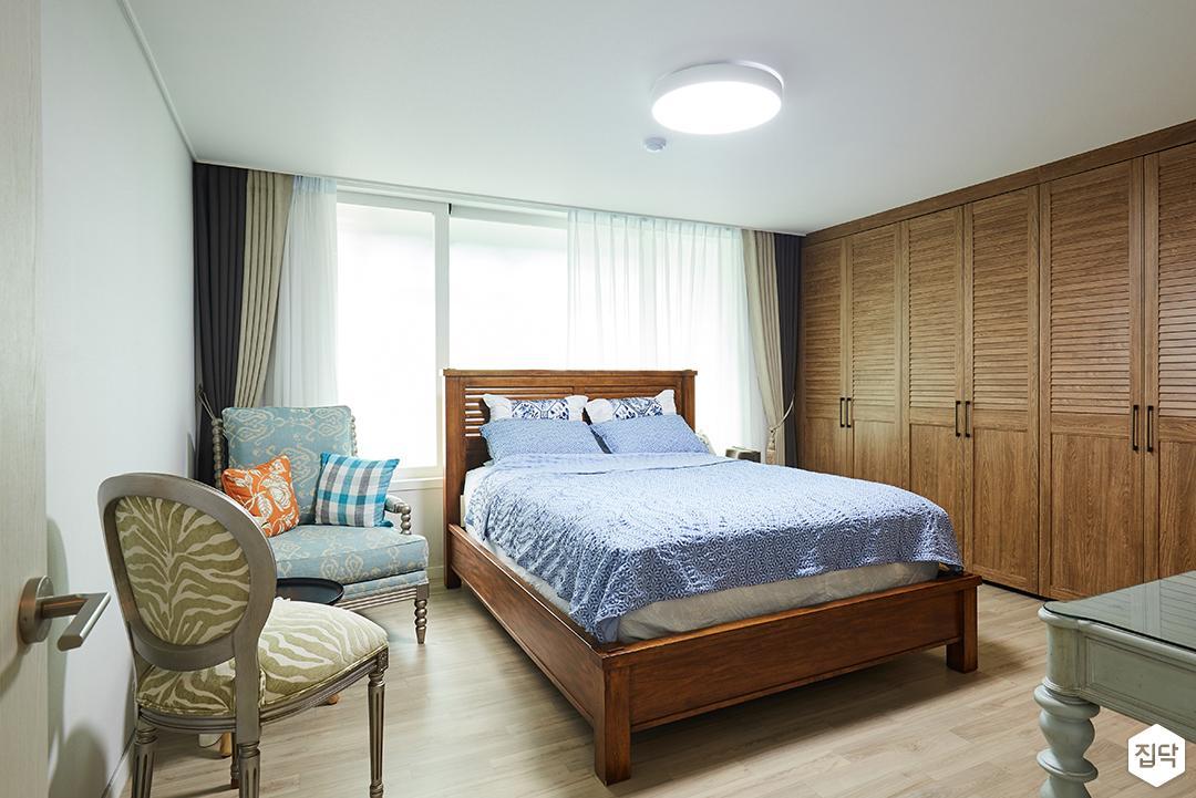 안방,화이트,심플,침대,의자,LED조명,우드,붙박이장