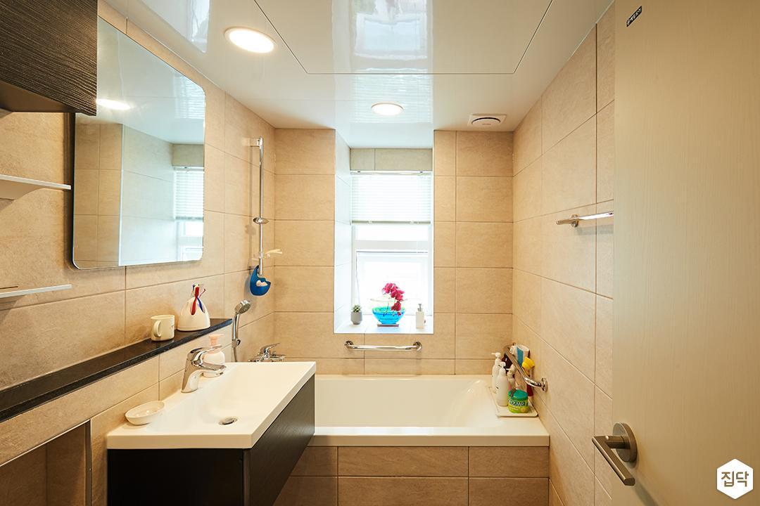 욕실,베이지,심플,욕조,세면대,거울,다운라이트조명