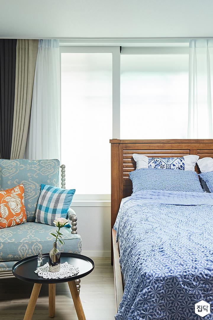 아이방,그레이,심플,침대,LED조명,블라인드,1인소파,테이블