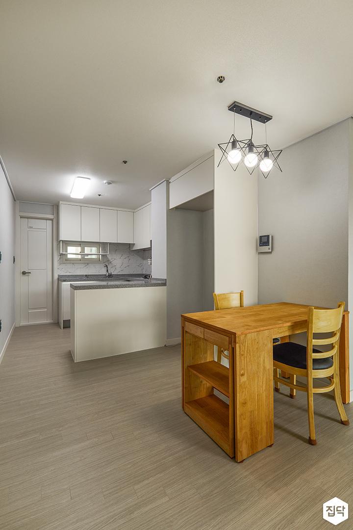 모던,심플,화이트,주방,팬던트조명,식탁,의자,냉장고장,포세린타일