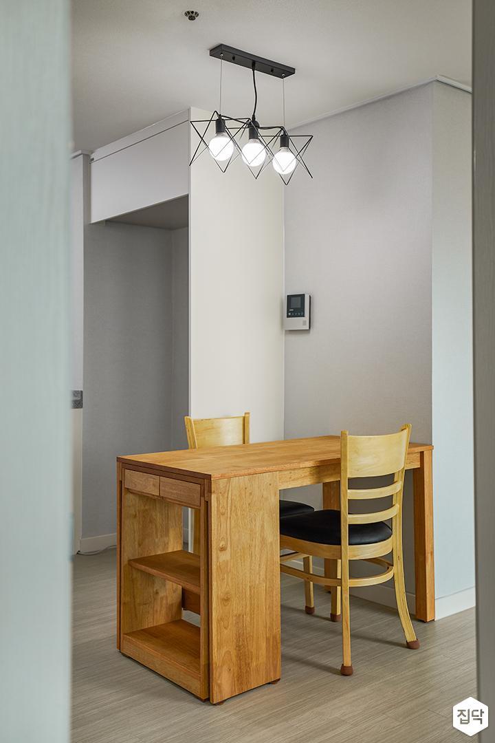 모던,심플,화이트,팬던트조명,포세린타일,냉장고장,식탁,의자,목재