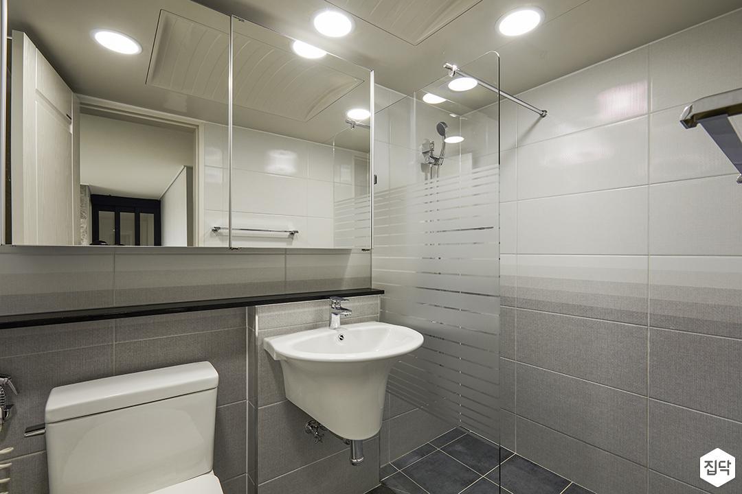 모던,심플,그레이,욕실,양변기,세면대,다운라이트조명,마블패턴,샤워부스,유리파티션,코너선반