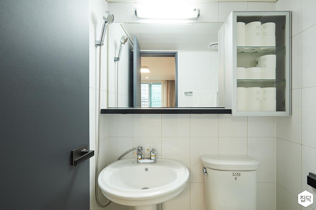 모던,심플,화이트,욕실,양변기,세면대,거울장,다운라이트조명,상부장