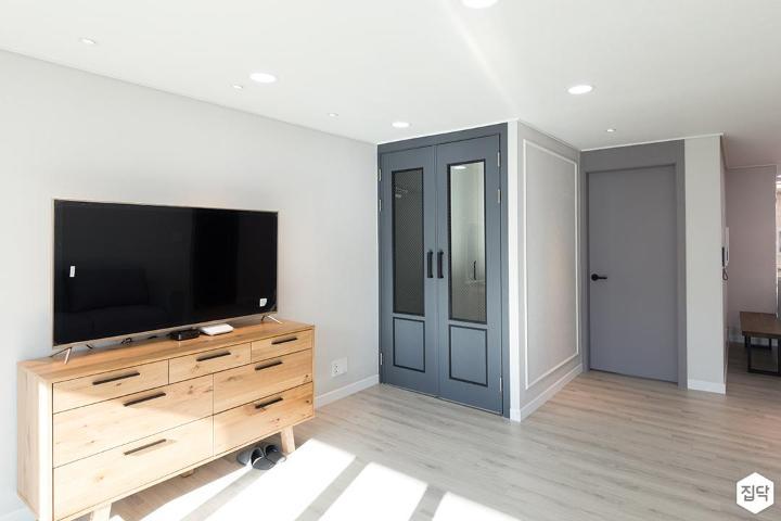 거실,화이트,심플,LED조명,우드,TV선반,TV,양개형도어