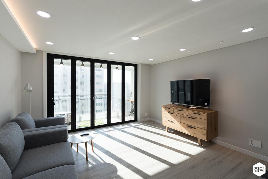 거실,화이트,심플,LED조명,우드,TV선반,TV,블랙,폴딩도어,소파