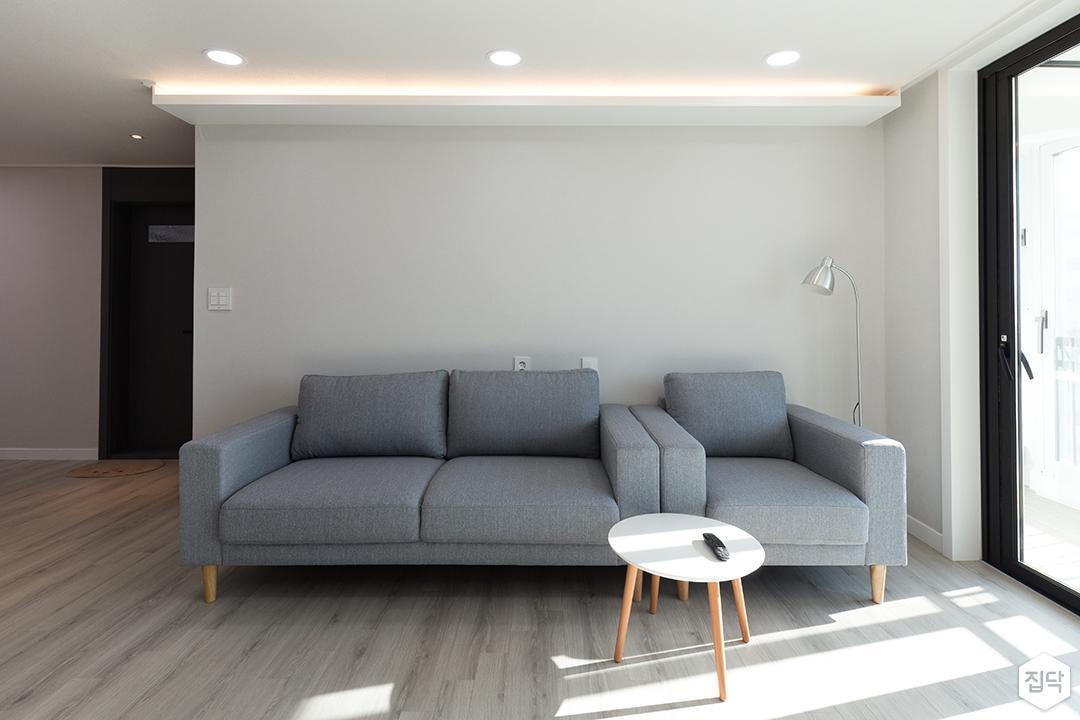 거실,화이트,심플,간접조명,LED조명,소파,티테이블