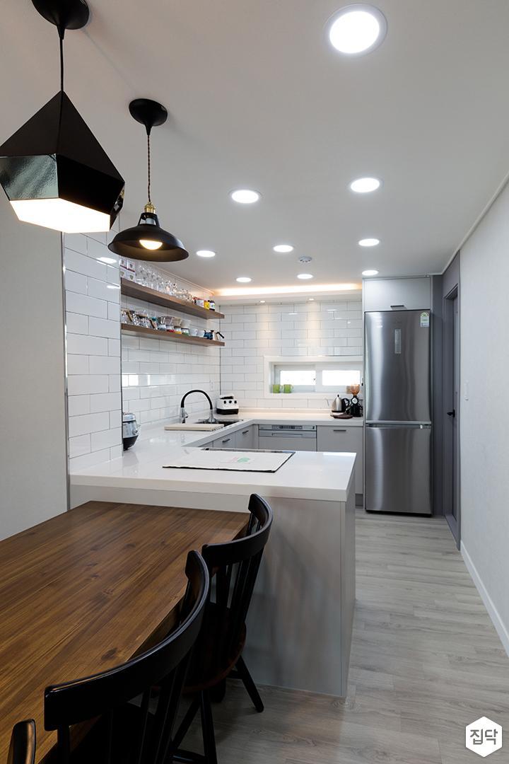 주방,그레이,모던,식탁,의자,ㄷ자싱크대,펜던트조명,냉장고,전기쿡탑
