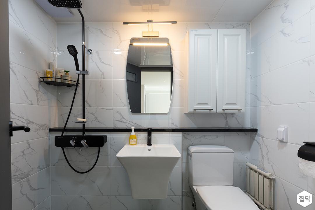 욕실,화이트,심플,블랙,브라켓조명,해바라기샤워기,세면대,양변기,수납장