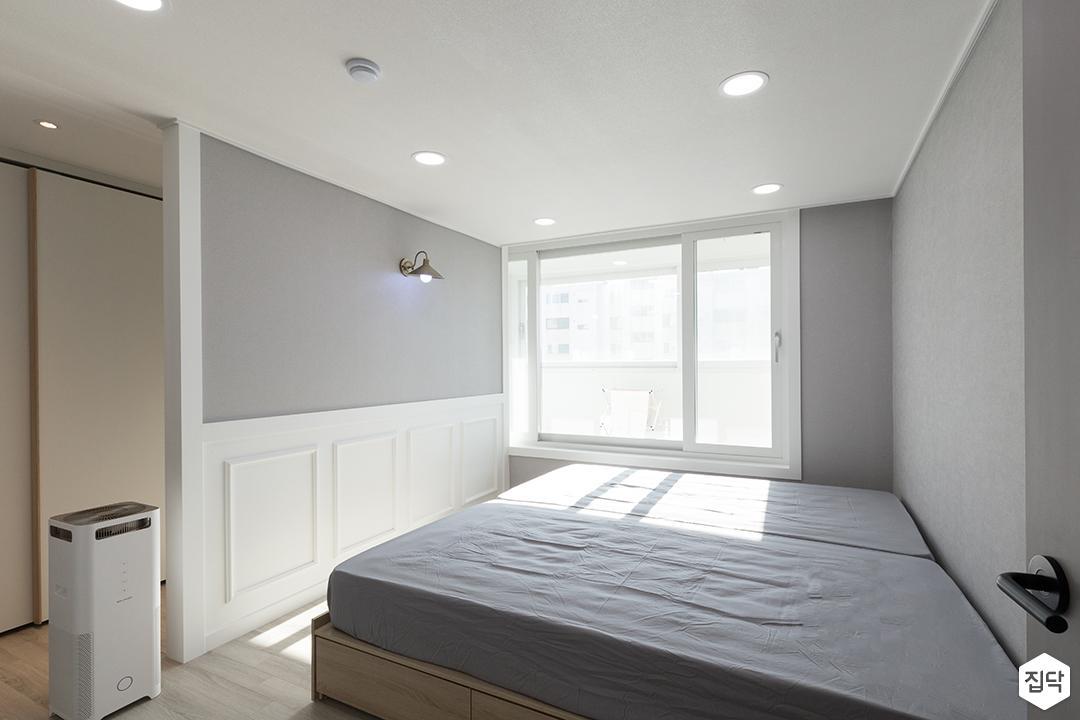 안방,화이트,모던,웨인스코팅,그레이,가벽,브라켓조명,침대,LED조명
