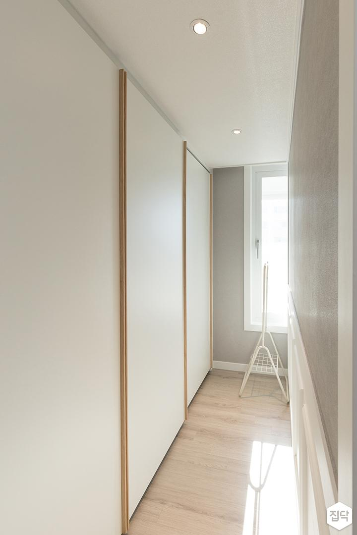 드레스룸,화이트,모던,가벽,슬라이딩붙박이장,그레이,붙박이장,맞춤가구,LED조명